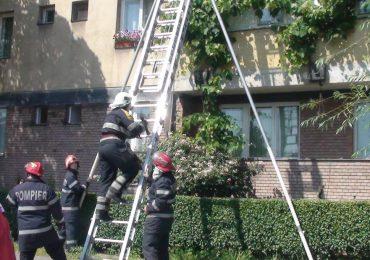 Doi minori blocati in casa au fost salvati de pompierii militari din Oradea