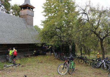 Curtea-Bisericii-de-lemn-din-Gheghie
