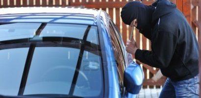 Un minor de 13 ani a sustras si condus o masina, dupa care a abandonat-o intr-un sant