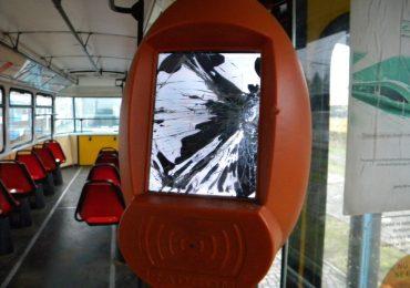 Mentalitate de imberb! Validatoare vandalizate pe doua garnituri de tramvai din Oradea