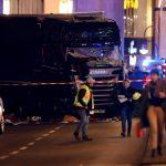"""Atac Terorist in Berlin! Un camion de mare tonaj a """"arat"""" un Targ de Craciun. Cel putin 9 morti si 50 de raniti."""