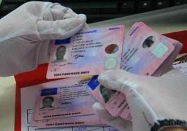 4.500 de euro pentru un permis de conducere fals. Acum are dosar penal