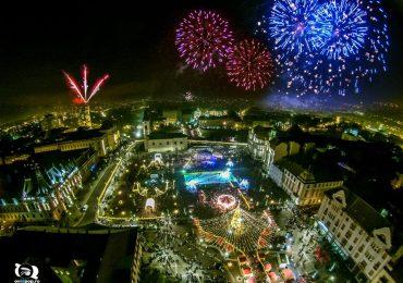 Feerie de lumini si artificii la Oradea, in noaptea de Revelion, in Piata Unirii