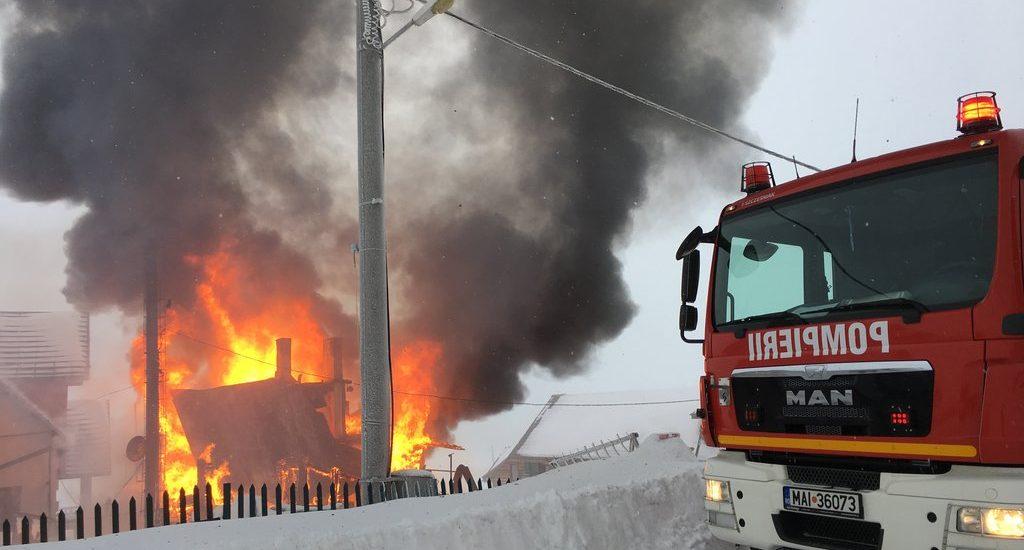 Incendiu violent la Cabana din Padis din cauza unui cos de fum defect. FOTO
