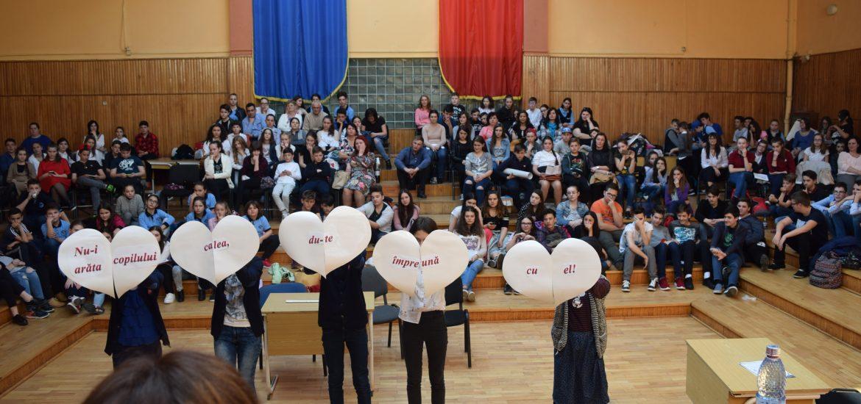 """Peste 150 de elevi şi profesori au fost angrenaţi de poliţiştii de prevenire bihoreni în Concursul """"Şcoala fără violenţă""""."""