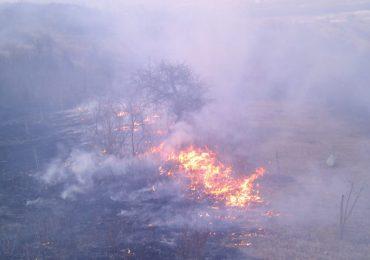 13 incendii, cauzate de arderea vegetatiei uscate, au pus in pericol mai multe cabane si case de vacante. FOTO
