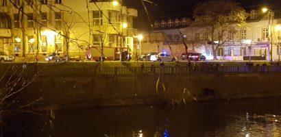 Teribilism. Un tanar de 23 s-a aruncat in Cris, fiind salvat de un echipaj de pompieri