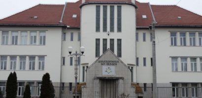 Front comun. 11 asociatii studentesti, din Oradea, cer parcare gratuită in fata centrului universitar