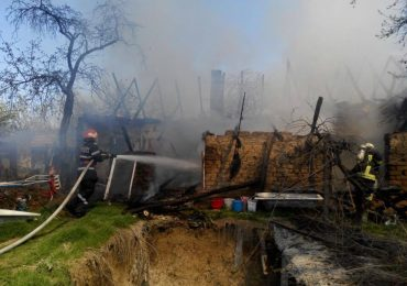 Incendiu la o gospodarie din Cadea. La un pas de deflagratie, din cauza unei butelii. (FOTO/VIDEO)