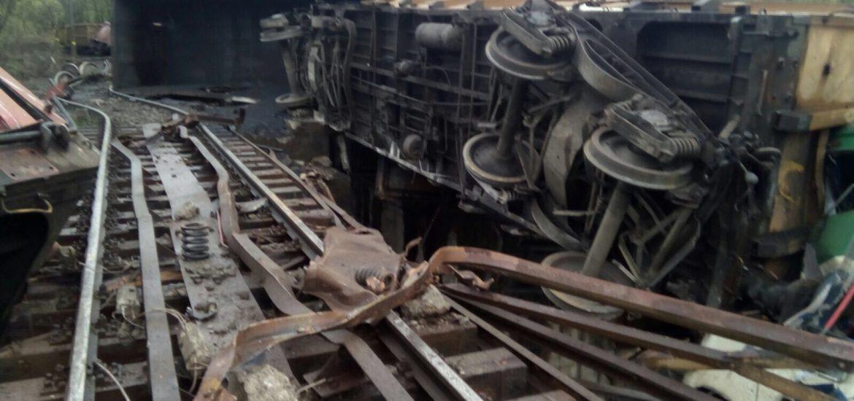 Accident feroviar in Hunedoara. 14 vagoane ale unui tren de marfa au deraiat, iar 6 au cazut intr-o prapastie. Doi mecanici de locomotiva au murit