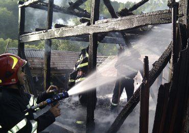 Unui cetatean din Sacadat i-au ars acareturile de la un bec defect. 30 de pui de gaina mistuiti de foc