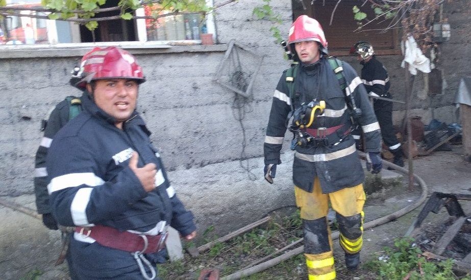 Un batran din Alesd salvat de pompieri, dupa ce si-a dat foc la casa