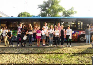 Elevii cu a caror desene s-a decorat un autobuz, cu ocazia zilei de 1 iunie, au fost premiati de OTL