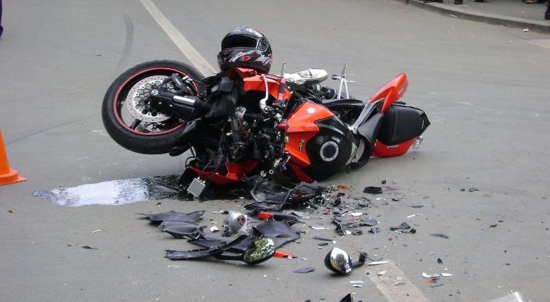 O tanara de 21 de ani, s-a accidentat grav, dupa ce a intrat cu motocicleta intr-un cap de pod, in Cheresig