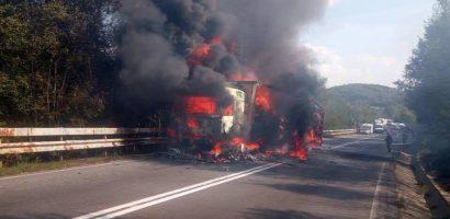 Incendiu de amploare la un TIR pe Piatra Craiului (GALERIE FOTO)