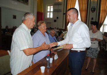 """Oradea isi pretuieste batranii. Viceprimarul Florin Birta a premiat familiile care au sarbatorit """"Nunta de Aur"""""""
