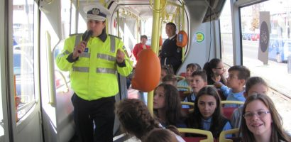 Colaborare inedita intre OTL si politistii de prevenire bihoreni. 100 de elevi de la 2 scoli din Oradea au beneficiat de o lectie de educatie rutiera in…TRAMVAI. FOTO