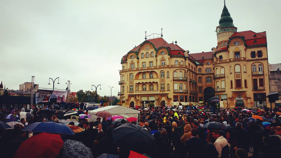 Mii de oradeni coalizati pentru familia traditionala, in Piata Unirii. FOTO / VIDEO