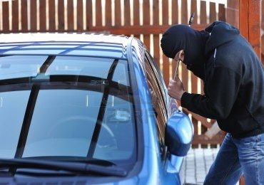 Doi barbati au fost retinuti, dupa ce au fost prinsi in flagrant, dupa ce au furat din masini parcate in Oradea