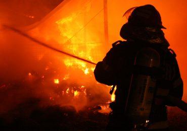 Incendiu la un depozit de titei in judetul Bihor. Flacarile au atins si 10 m inaltime