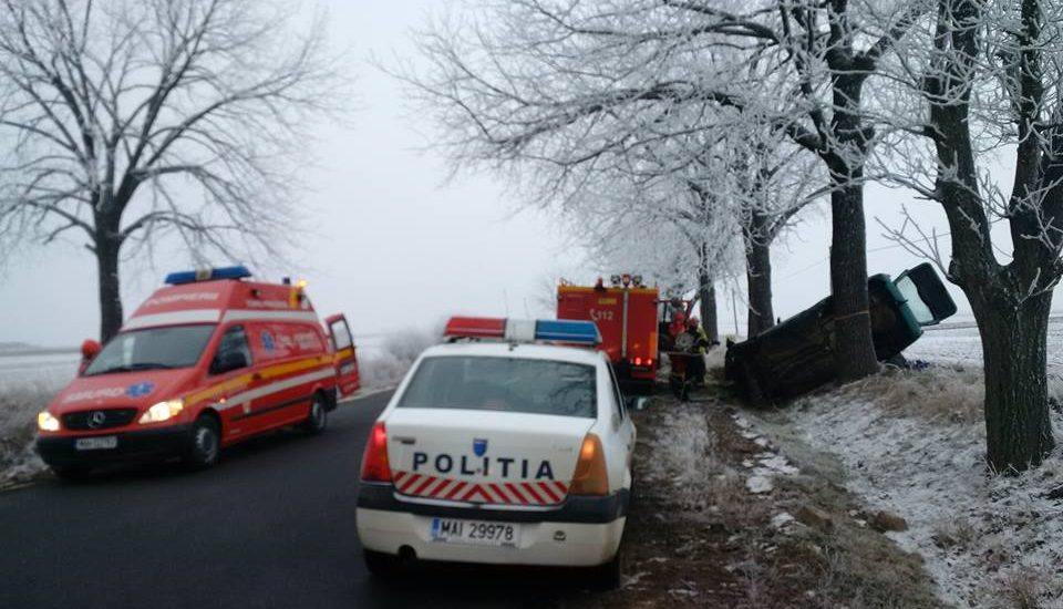 Un minor a ajuns la spital, dupa ce masina in care se afla s-a rasturnat in sant, langa Cauaceu