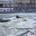 Un individ din Oradea a cazut sub gheata pe Crisul Repede, sub privirile oamenilor. FOTO