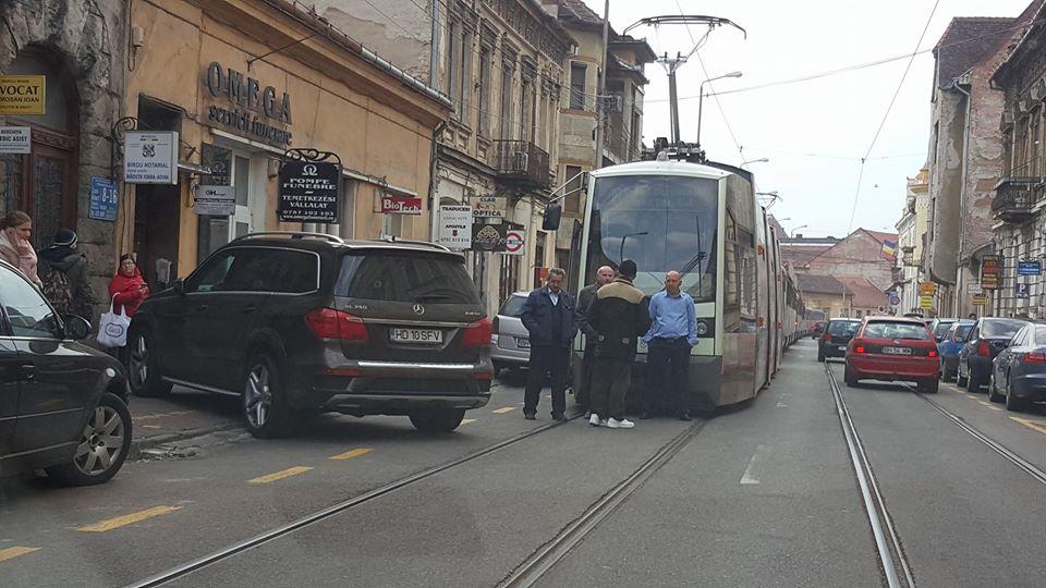 Primaria anuleaza mai multe locuri de parcare pe str Primariei, pentru a evita blocarea tramvaielor