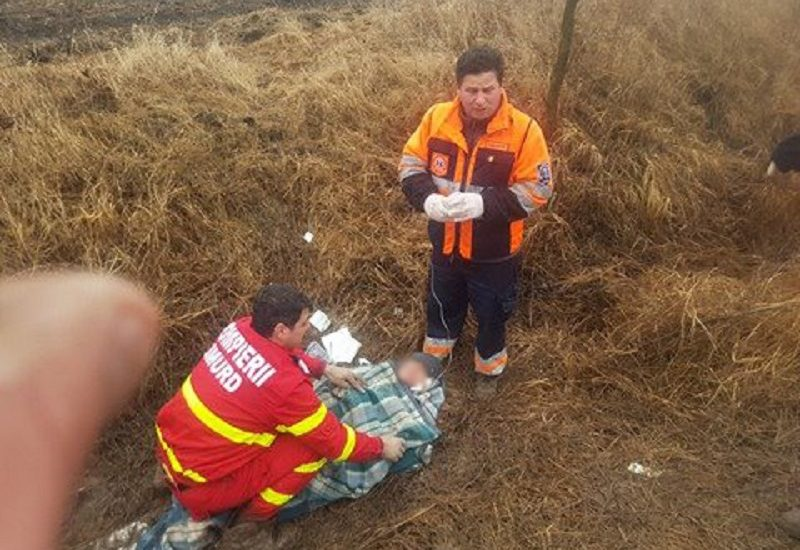 O femeie de 50 de ani din Salonta, blocata in noroi, pe camp, salvata de pompierii militari. FOTO / VIDEO