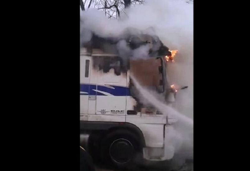 Incendiu la un TIR stationat intr-o parcare din Fughiu. VIDEO