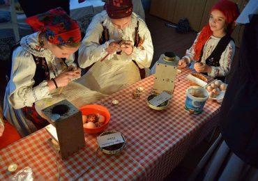 """Traditii bihorene. Festivalul """"Oul de Pasti"""" de la Dragoteni, concurs de incondeiat oua"""