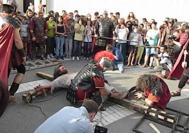 Spectacol de stradă cu patimile lui Isus, în cadrul Târgului de Paşti de la Oradea