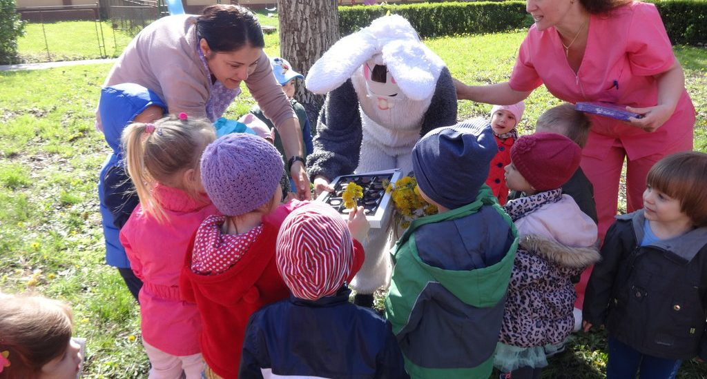 Iepurasul a venit la cresele din Oradea cu mule cadouri si ciocolata. (FOTO)