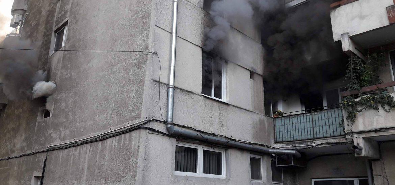 Incendiu, in aceasta dimineata, pe Bld. Dacia. O femeie a fost transportata la spital. (FOTO)