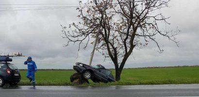 Accident spectaculos, in apropiere de statia meteo. Masina s-a incolacit in jurul stalpului