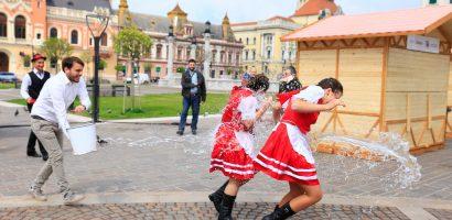 """Obiceiul """"stropitul"""" fetelor, reinterpretat în centrul Oradiei, cu ocazia Targului de Paste 2017"""