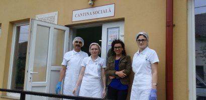 Zece voluntari de la ADLO dau o mana de ajutor la cantina sociala de la Caritas Eparhial
