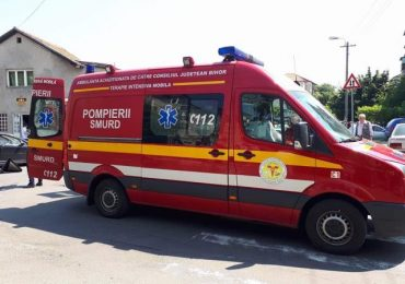Ambulanta, aflata in misiune, implicata intr-un accident pe Borsului, din cauza neatentiei unui alt sofer