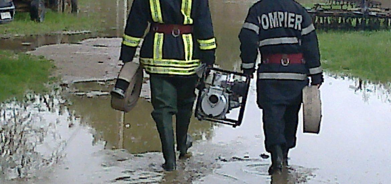 60 de pompieri militari au intervent in Oradea, in ultimele 24 de ore, pentru evacuarea apei de pe strazi si din subsoluri. Probleme si in judet