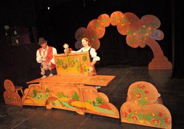 Trupa Arcadia a Teatrului Regina Maria invită spectatorii mici și mari să vizioneze cele mai noi producții ale stagiunii 2020/2021, spectacole care se vor juca atât în aer liber, cât și în Sala Arcadia.