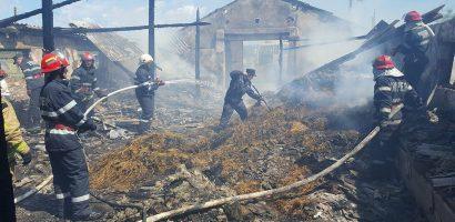 Bihor: Incendiu provocat de joaca unui copil de 4 ani cu focul, la un depozit de furaje