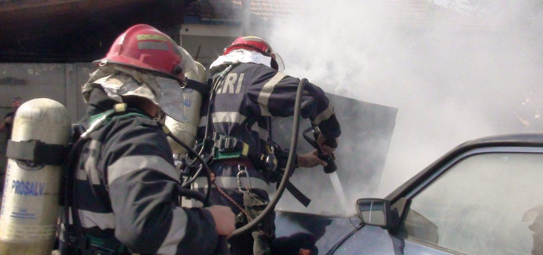 Doua masini au luat foc duminica si luni, in Oradea. Ce spun pompierii