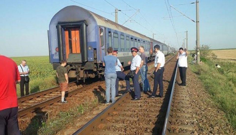Trenul Oradea – Mangalia blocat de cateva ore din cauza unui accident feroviar. 40 de minori aflati in tren primesc apa, fructe si covrigei