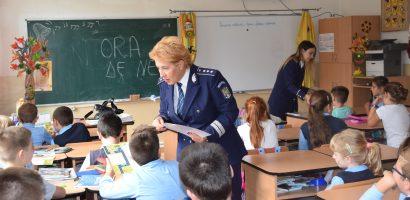 "Politistii bihoreni alaturi de copii, la inceput de an scolar, in campania ""Scoala in siguranta"" (FOTO)"