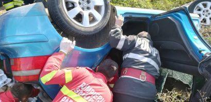Doua tinere de 18 si 19 ani, s-au rasturnat cu masina in sant. Una dintre ele a ajuns la spital