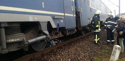 Neatentia ucide! Un tractorist  a murit ieri si o tanara de 16 ani a fost ranita, dupa ce au fost loviti de un tren la o trecere de nivel intre Ciumeghiu si Salonta