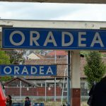 Circulaţia trenurilor a fost blocata pe ruta Oradea -Cluj. Un TIR implicat intr-un accident cu 3 victime a fost proiectat pe linia ferata
