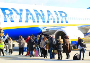 Zeci de romani abandonati pe aeroportul din Roma, dupa o cursa RyanAir anulata