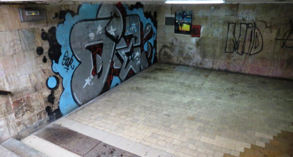 Pasajul subteran de pe Magheru a fost vandalizat, mazgalit cu cuvinte obscene