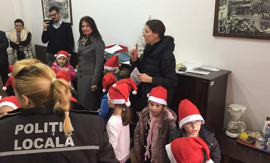 Politistii locali oradeni au primit colindatori de la doua gradinite din Oradea