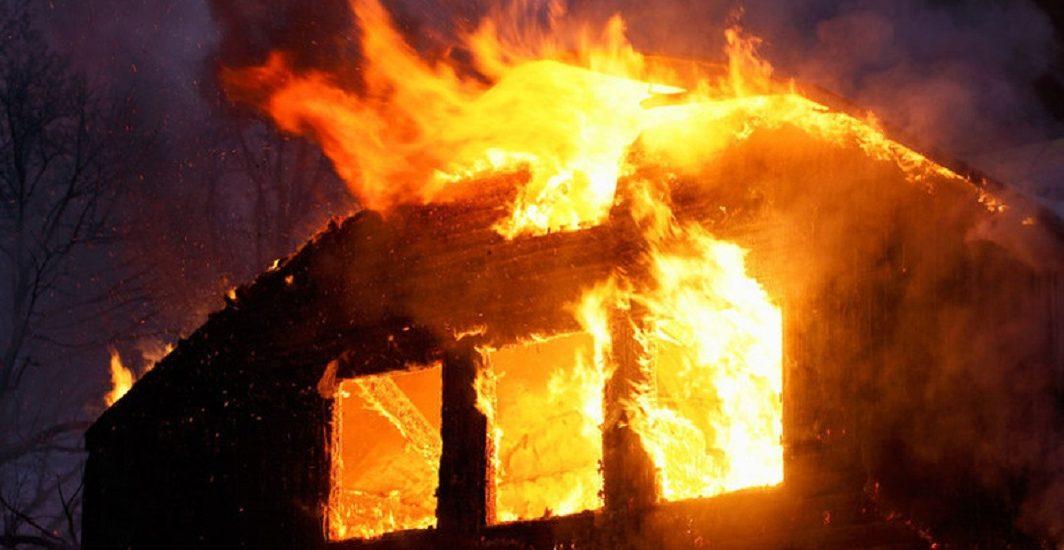Incendiu puternic la o locuinta din Salonta. O persoana a suferit arsuri grave (FOTO)